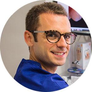 Pedro Reyes forma parte del equipo médico en el área de odontología restauradora