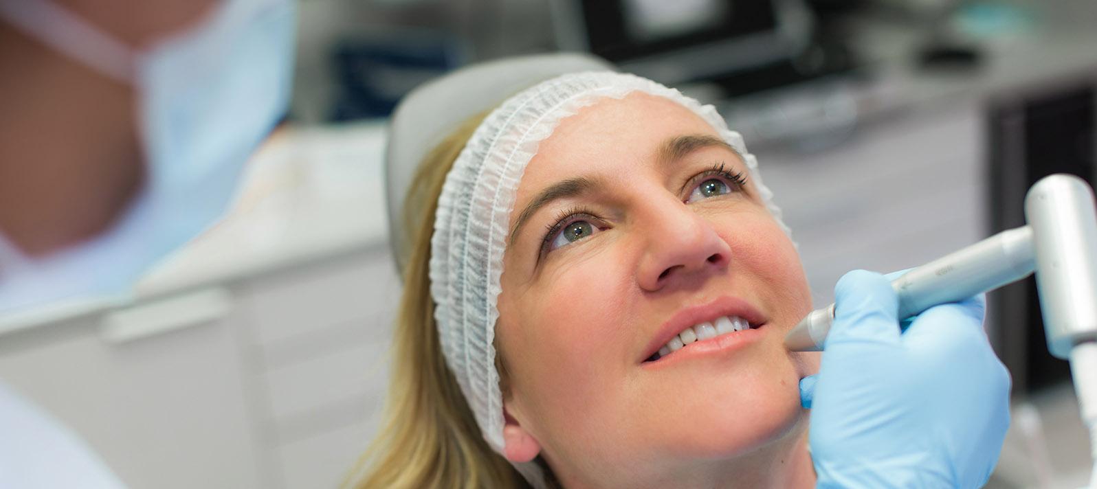 Skinboosters es un tratamiento con ácido hialurónico que devuelve las cualidades juveniles a tu piel