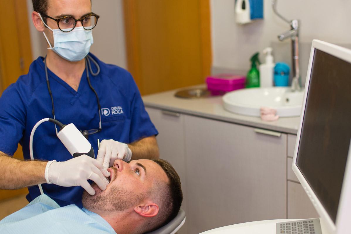 El Doctor Andrés haciendo una cirugía con X-GUIDE