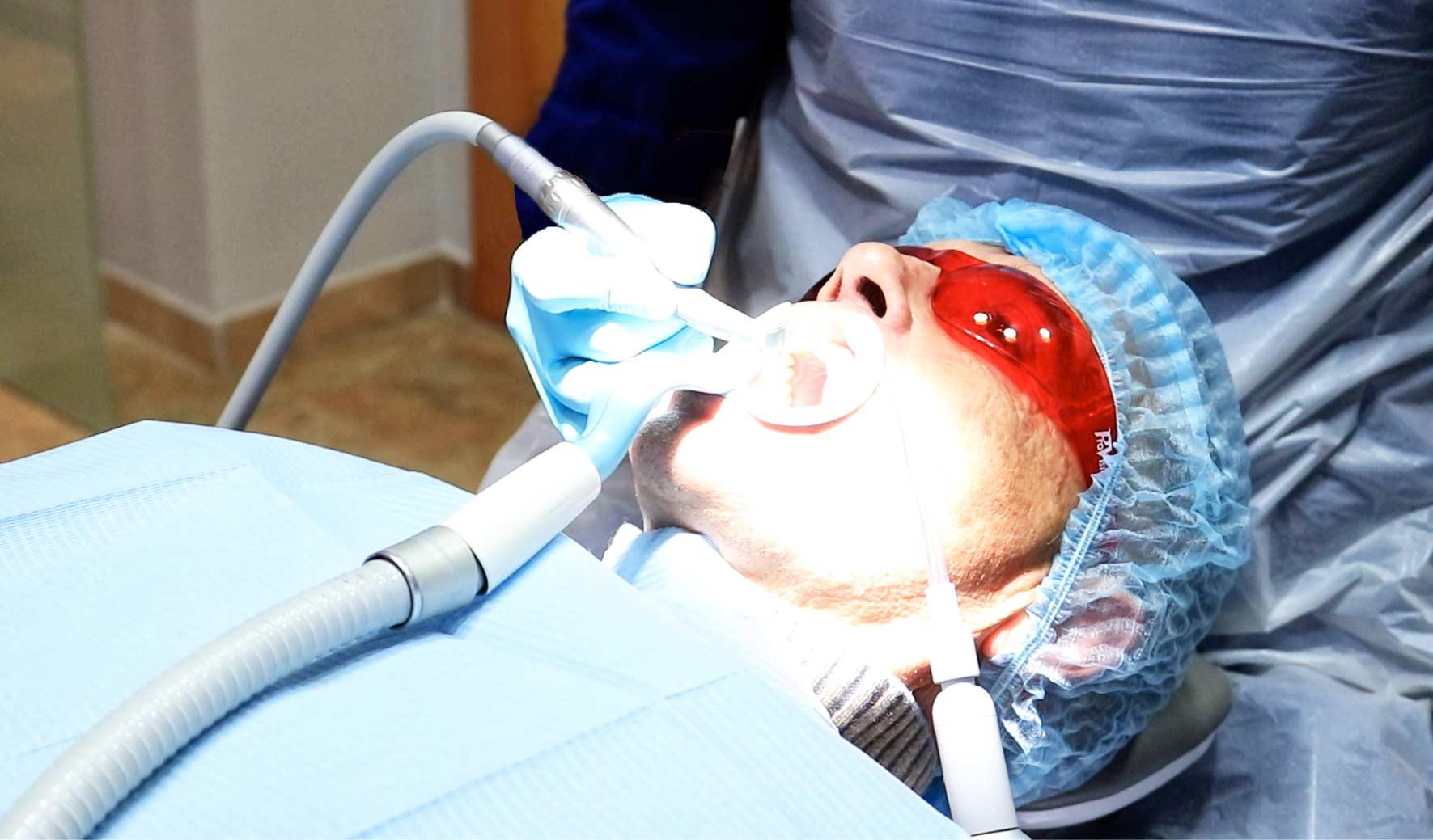 Paciente en Dental Roca con todas las medidas de seguridad e higiene